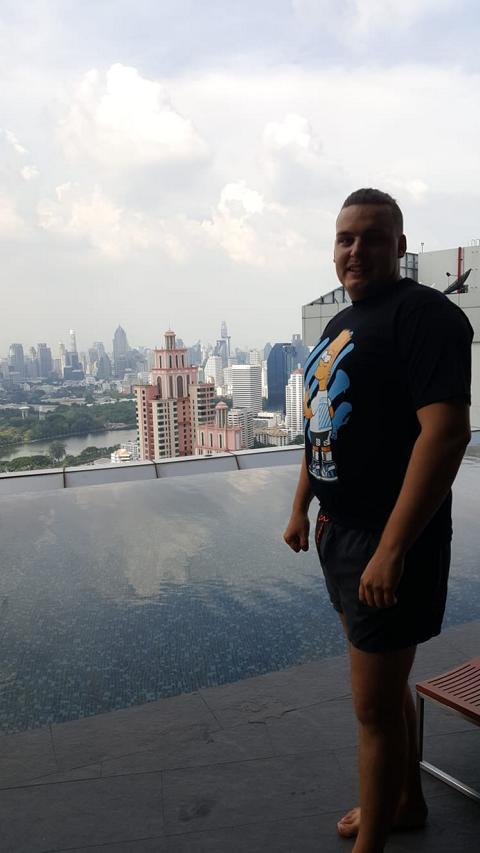 Aussicht auf Bangkok mit Infinity Pool