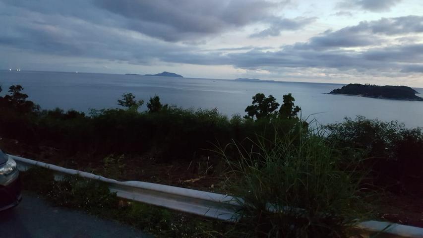 Promthep Cape Viewpoint bei Sonnenuntergang in Phuket Thailand blick auf Koh Bon